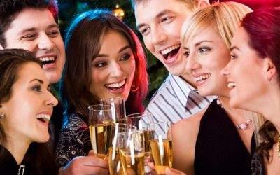 Junge Leute beim Feiern.