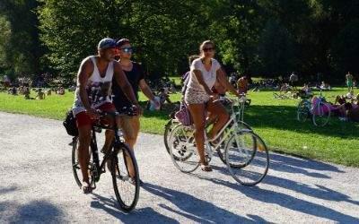 Junge Leute beim Fahrrad fahren