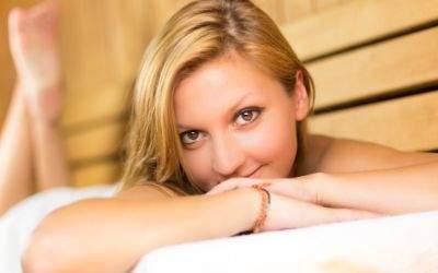 Frau relaxt in Sauna