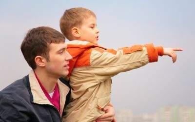 Vater mit Sohn, der auf etwas zeigt