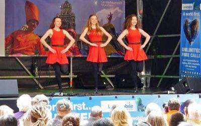 Tänzerinnen auf der Bühne am Rindermarkt zum Stadtgründungsfest