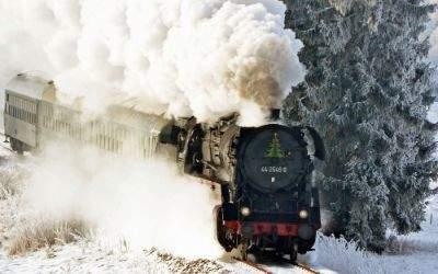 Dampflok fährt durch Winterlandschaft