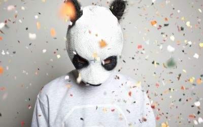 Der Rapper Cro mit seiner Pandamaske.