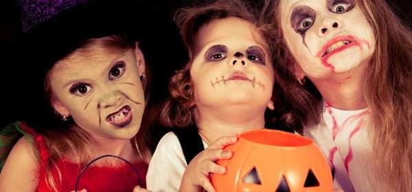 Kinder verkleidet an Halloween