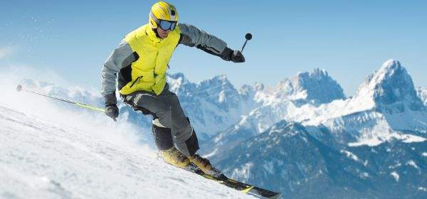 Skifahrer fährt Abfahrt