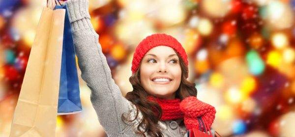Frau beim Weihnachtsshopping