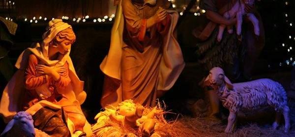 Krippe mit Maria, Joseph und dem Christkind