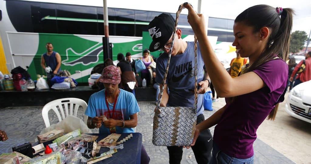 Venezolanos Elaboran Artesanías Con Billetes De Bolívares Fotos Y