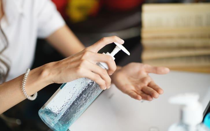 FDA retira desinfectantes para manos potencialmente mortales
