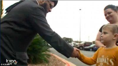 Jack Swanson, fue a la mezquita y entregó su dinero: 20 dólares. (Foto tomada de Youtube).