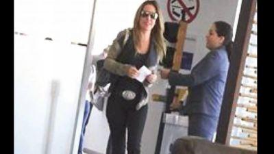 La actriz Kate del Castillo llega a México en el mismo vuelo charter desde Los Angeles.