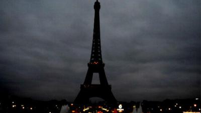 Tras los ataques ocurridos en Francia, la emblemática torre Eiffel decidió a pagar su luz en señal de luto, por la creciente ola de muerte que han dejado los atentados. (Twitter).