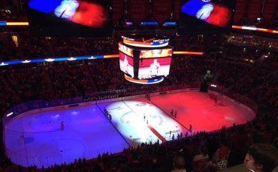 En Washington, el estadio del equipo de hockey sobre hielo tiñó la pista con el azul, rojo y blanco. (AP).