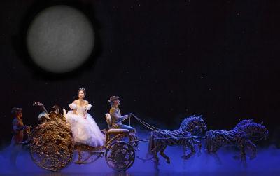 Momento mágico. En un segundo, Cenicienta se convierte en la bella princesa lista para ir al encuentro de su príncipe.