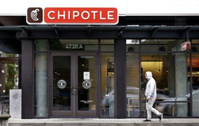 Una persona camina el lunes 2 de noviembre de 2015 frente a un restaurante Chipotle cerrado, en Seattle. Un brote de E. coli vinculado a los restaurantes Chipotle en el estado de Washington y Oregon ha enfermado a casi dos docenas de personas en el tercer brote de intoxicación por alimentos en la popular cadena de comida mexicana en lo que va del año. Se han rastreado casos de enfermedades bacterianas a seis de los locales de la cadena, pero como medida de precaución, la cadena cerró sus 43 establecimientos en las dos entidades de manera voluntaria. Foto AP/Elaine Thompson