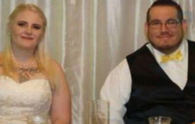Jessica Morris y su esposo Travis en la recepción de su boda. (Foto: Jessica Morris/Facebook)