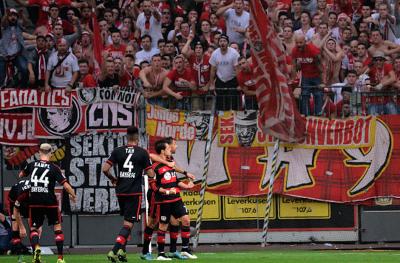 """""""Chicharito"""" anota su décimo gol con el Bayer Leverkusen, pero nuevamente su equipo cae tras su anotación, esta vez 2-1 ante el Colonia; fue el sexto partido en fila que anota el mexicano. (Getty Images)."""