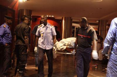 Personal de seguridad de Mali retiran el cadáver de una víctima en el hotel Radisson Blu después de que el lugar fuera atacado por hombres armados en Bamako, Mali, el viernes 20 de noviembre de 2015. Por lo menos 20 personas, entre ellos un estadounidense, perdieron la vida al igual que dos de los atacantes, dijo un comandante militar maliense. (AP Foto/Baba Ahmed)