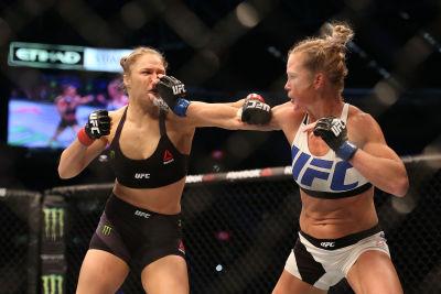 Holm le agarra la boca a Rousey mientras ella queda desarmada. Getty Images