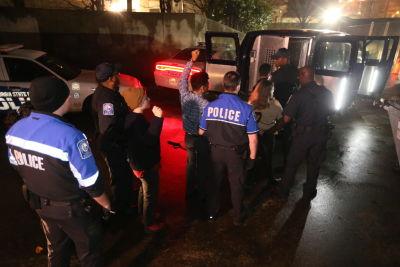 Estas imágenes muestran el momento en que los estudiantes fueron arrestados en la Universidad de Georgia State. (AJC)