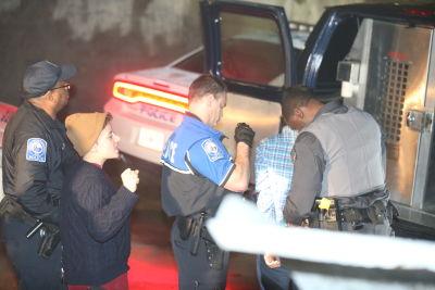 Varios estudiantes resultaron arrestados por negarse a salir de las instalaciones de la universidad. (AJC)
