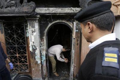 Un forense egipcio revisa la entrada del club nocturno que fue atacado en El Cairo, Egipto, el viernes 4 de diciembre de 2015. Más de una docena de personas murieron y resultaron heridos, informó la agencia de noticias oficial MENA. Agregó que la policía busca a los dos hombres jóvenes que perpetraron el ataque en el distrito de Agouza. (Foto AP/Amr Nabil)
