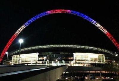 El estadio de Wembley se solidarizó con el pueblo francés.