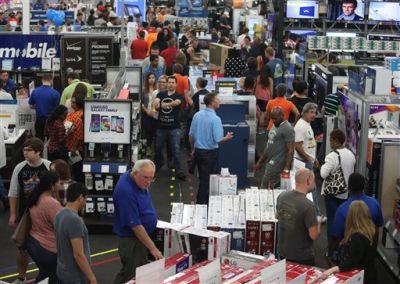 Las personas observan la mercancía en la tienda de electrónicos Best Buy durante las compras del Día de Acción de Gracias el jueves 26 de noviembre de 2015 en Panama City, Florida. (Patti Blake/News Herald vía AP)
