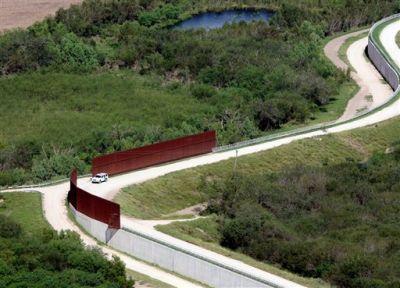 ARCHIVO - En imagen del 16 de noviembre de 2015, un vehículo de la Patrulla Fronteriza de Estados Unidos vigila la frontera cerca de Abram, Texas. Casi 5.000 niños inmigrantes no acompañados fueron sorprendidos cuando cruzaban sin permiso hacia Estados Unidos desde México en octubre, más del doble de octubre del 2014, de acuerdo con la Oficina de Aduanas y Protección Fronteriza. Foto: Delcia Lopez/The Monitor vía AP