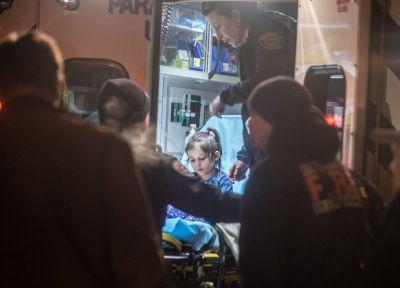 Caraline León recibe atención médica tras ser rescatada por el oficial Poccia.  Roberto E. Rosales/The Albuquerque Journal via AP