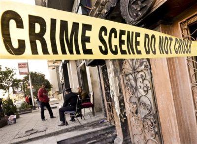 Policías egipcios vigilan el restaurante El Sayad que fue atacado en El Cairo, Egipto, el viernes 4 de diciembre de 2015. Más de una docena de personas murieron y resultaron heridos, informó la agencia de noticias oficial MENA. Agregó que la policía busca a los dos hombres jóvenes que perpetraron el ataque en el distrito de Agouza. (Foto AP/Amr Nabil)