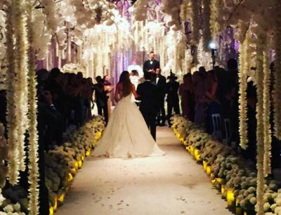 La colombiana cruzó el pasillo de las manos de su hijo Manolo, ataviada en un vestido claro de larga cola y con joyas de Lorraine Schwartz. (Instagram).