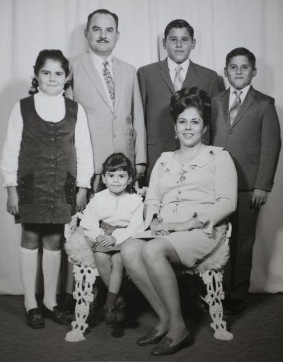 Jorge Guerra, su esposa Ninfa, con quien trabajó lado a lado, y sus hijos en 1969. CORTESÍA JORGE GUERRA