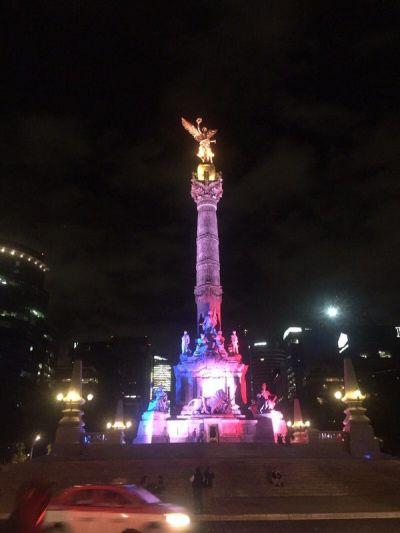 En la Ciudad de México, el Ángel de la Independencia se iluminó con los colores de Francia. (Twitter).