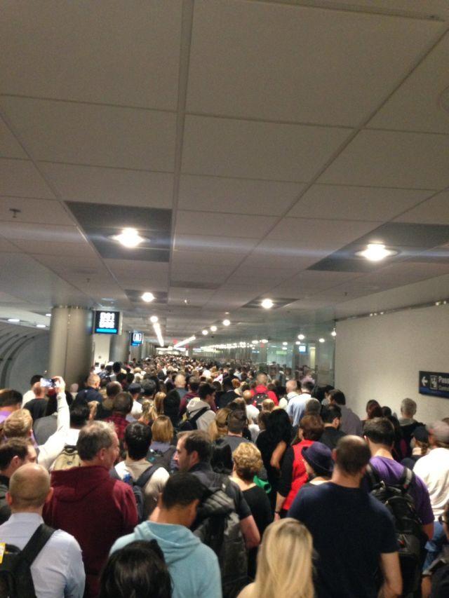 Largas filas tanto en el Aeropuerto Internacional de Miami como en el Aeropuerto Internacional de Fort Lauderdale.(Foto: Twitter/Peter Gartrell )