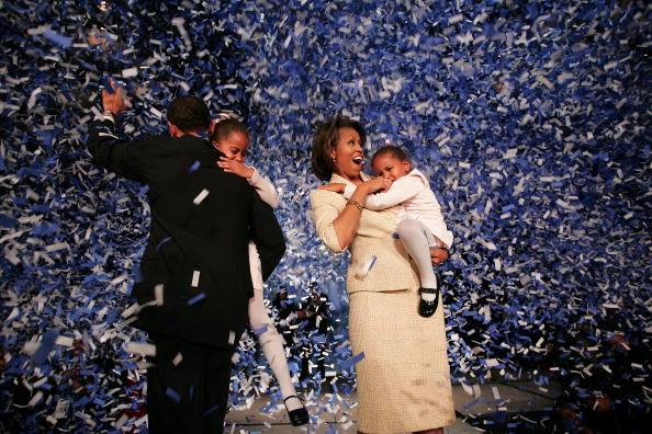Obama celebra el triunfo de su primera elección presidencial el 2 de noviembre de 2004 en Chicago. El en aquel entonces senador por Illinois cargaba a su sonriente hija mayor, Malia, que por aquel tenía 6 años; mientras que su esposa, Michelle Obama, cargaba a Sasha, que tenía 3, que no podía contener el llanto, presumiblemente asustada. Foto: Getty Images.