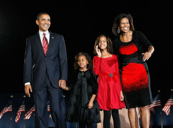 La familia Obama permanece sobre la tarima donde Barack Obama dio su rpimer discurso como presidente electo el 4 de noviembre de 2008, en el Grant Park de Chicago. Foto: Getty Images.