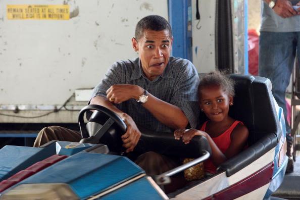 Sasha acompaña a su padre a jugar a los carritos chocones en un parque de diversiones de Iowa el 16 de agosto de 2007. Foto: Getty Images.