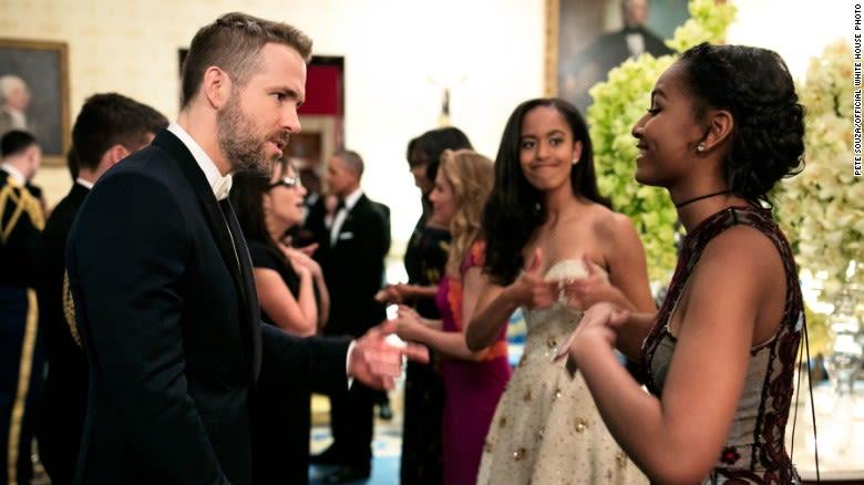 En esta pícara foto de marzo de 2016 se puede observar a Malia ofreciéndole algo de apoyo de hermana a Sasha mientras hablaba con el famoso actor Ryan Reynolds. Foto: Casa Blanca.