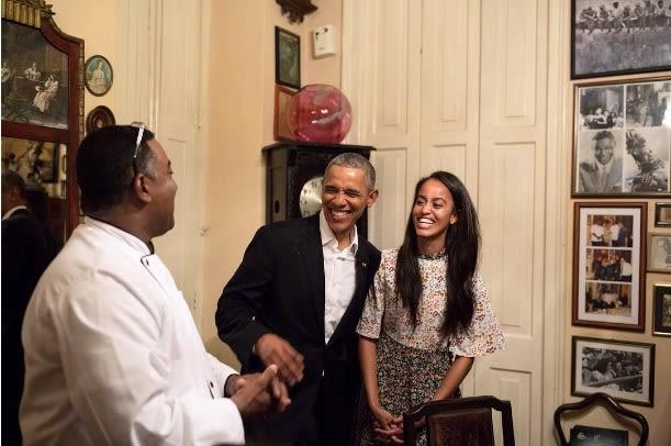 Malia comparte una sonrisa con su padre luego de que la chica, que pronto irá a estudiar a Harvard, le traduce a su papá al español durante una conversación con el cheff en un restaurante de La Habana vieja, en Cuba, el pasado 21 de marzo. Foto: Instagream Pete Souza.
