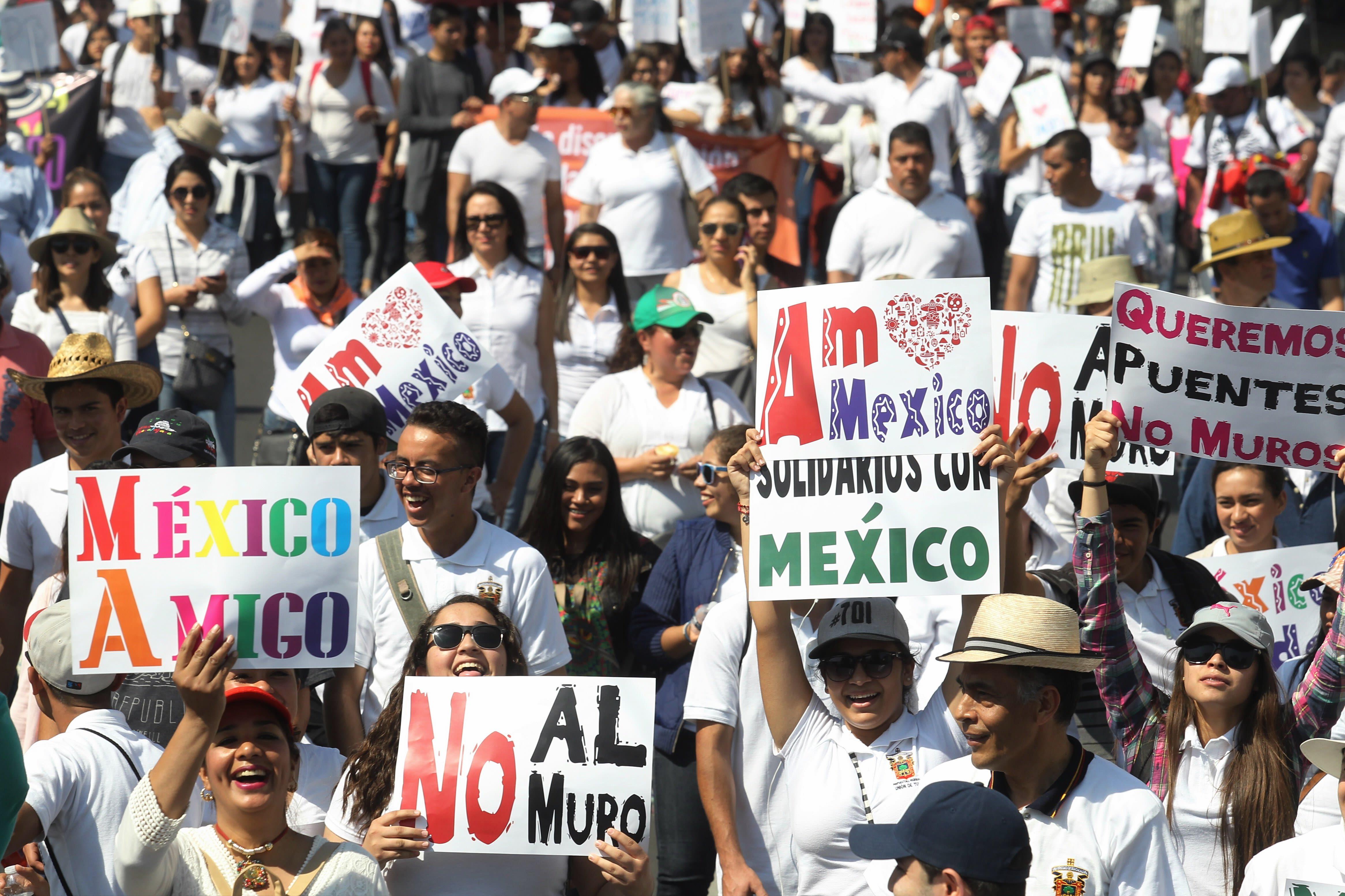 Miles de mexicanos marchan por la unidad nacional ante ataques de Trump
