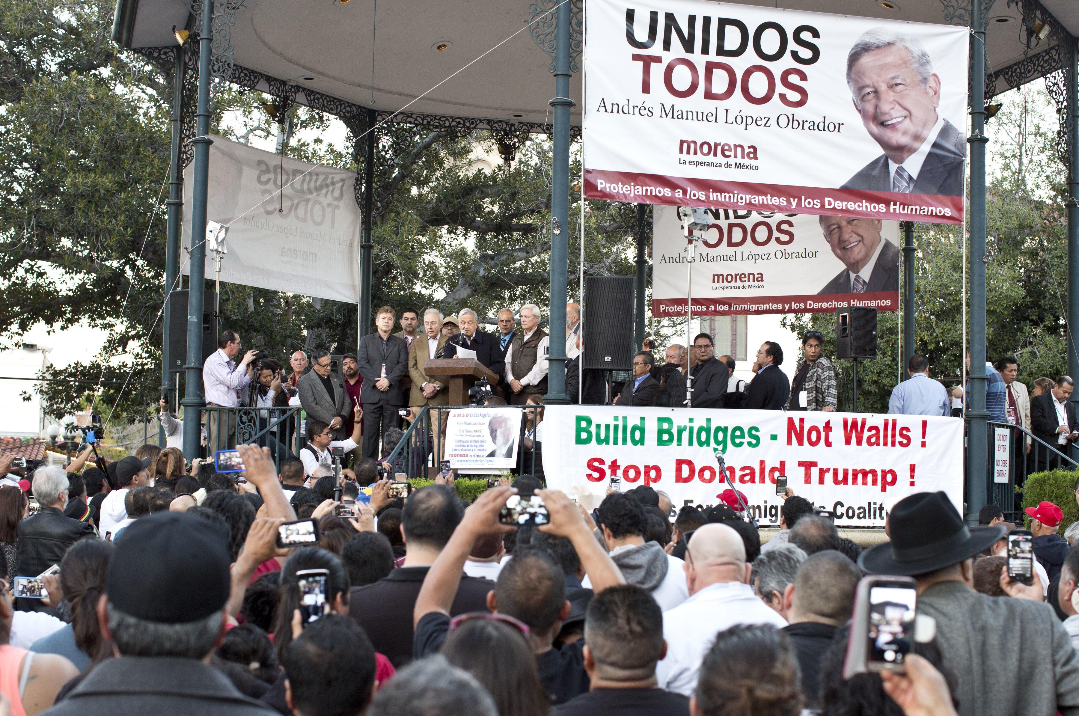 """López Obrador afirma que la """"campaña contra los inmigrantes"""" responde a un interés político Ciudadanos escuchan al líder del partido Movimiento de Regeneración Nacional (MORENA) Andrés Manuel López Obrador, hoy domingo 12 de febrero de 2017, en la Placita Olvera, en Los Ángeles (Estados Unidos). EFE"""