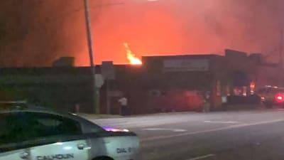 Un incendio de materiales químicos obligó al cierre este viernes de todas las escuelas en la ciudad de Calhoun.