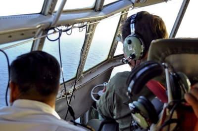 En esta foto del martes 21 de noviembre de 2017 difundida por la Armada Argentina el 22 de noviembre, miembros de la Fuerza Aérea Argentina buscan un submarino desaparecido en el Atlántico Sur, cerca de la costa argentina. (Armada Argentina vía AP)