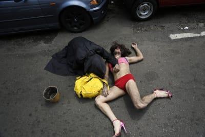 En esta imagen, tomada el 30 de septiembre de 2017, Stelio Barbosa yace tendido sobre la calle para representar el asesinato de un travesti transexuales durante el desfile anual de la comunidad LGBQT en Asunción, Paraguay. Grupos en defensa de los derechos de los homosexuales dicen que el veto a enseñar diversidad sexual en las escuelas es anticonstitucional porque es discriminatorio. FOTO: (AP)