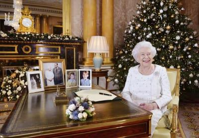En esta fotografía difundida el lunes 25 de diciembre de 2017, la reina Isabel II posa sentada en un escritorio en la habitación 1844 del Palacio de Buckingham, en Londres, después de grabar su mensaje por el día de la Navidad que sería transmitido a la mancomunidad británica.  FOTO: (AP)