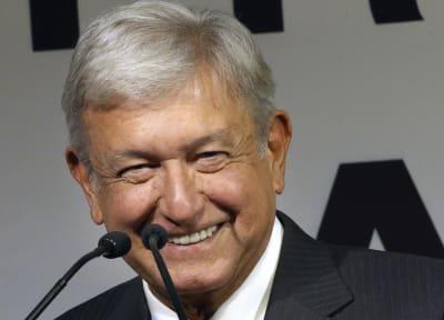 El aspirante a la presidencia de México, Andrés Manuel López Obrador, al presentar a los que formarían parte de su gabinete, en Ciudad de México, el 14 de diciembre de 2017. FOTO: (AP)