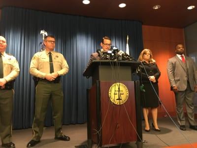 Mike Hestrin, fiscal de distrito del condado de Riverside, anuncia los cargos formulados contra David y Louise Turpin. FOTO: Maite Ballesteros