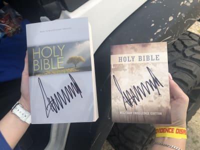 Trump firma biblias twitter
