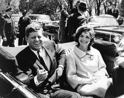 Estados Unidos publicó hoy más de 2.800 documentos inéditos sobre el asesinato de John F. Kennedy que detallan algunas actividades de la CIA en la Guerra Fría, después de que el presidente Donald Trump permitiera divulgar esos archivos y ordenara mantener otros ocultos por ahora. FOTO: (EFE)